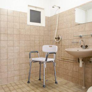 Cadeira Ortopédica Regulável para Banho- Cor: Branco- Carga: 135 kg- 46