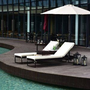 Conjunto de 2 espreguiçadeiras de jardim com almofadas acolchoadas de vime com mesa lateral para carga de piscina ou terraço 160kg 195x60x86 cm Moldura de aço castanho